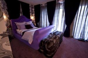 Разкошна спалня в лилаво