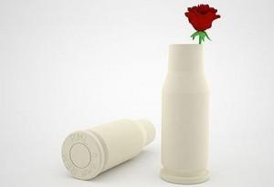 Дизайнерска ваза с военни елементи